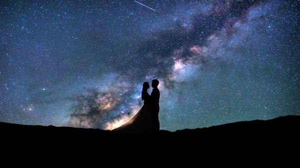 Brautpaar unter Sternenhimmel