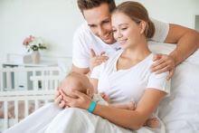 Eltern mit Neugeborenem